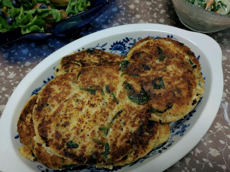 Vous pouvez utiliser l'okara pour agrémenter vos salades vertes, leur donnant un petit goût de noisette, ou encore comme base dans des gâteaux sucrés ou des boulettes salées. Avec Tomoko-san, nous en avons fait des galettes en mélangeant l'okara avec de l'œuf, du negi et de l'ail !