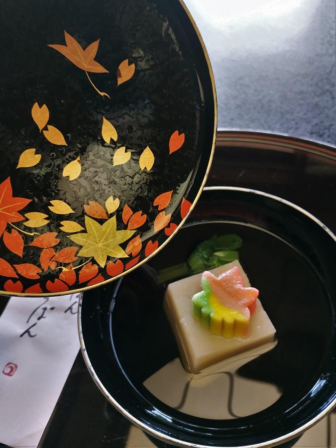 Après cette entrée froide, un adorable plat chaud aux couleurs bien automnales ! Sur un cube moelleux composé de taro (une tubercule japonaise très riche en amidon) trône un petit mochi (gâteau de riz gluant) en forme de momiji (feuille d'érable). Les érables du Japon, qui adoptent des couleurs flamboyantes aux mois d'octobre et novembre, constituent le symbole ultime de l'automne japonais. Un bouillon dashi léger venait assaisonner ce plat tout en textures fondantes. Doux comme une petite nostalgie de fin d'été...