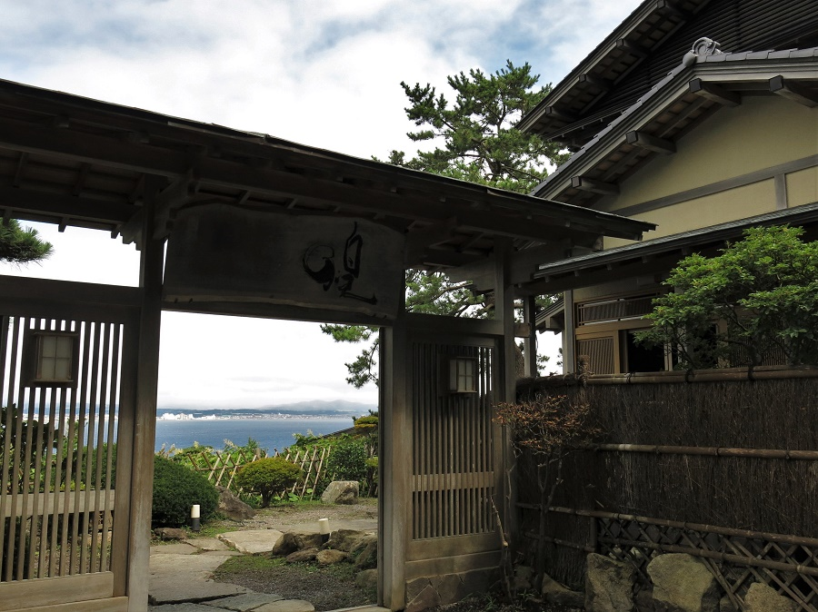 """Devanture du restaurant traditionnel """"Kaiseki Kira"""", perché sur les collines du sud-ouest d'Hakodate. À travers le portail de cette belle maison japonaise, on aperçoit déjà le jardin zen et la vue sur l'océan Pacifique."""