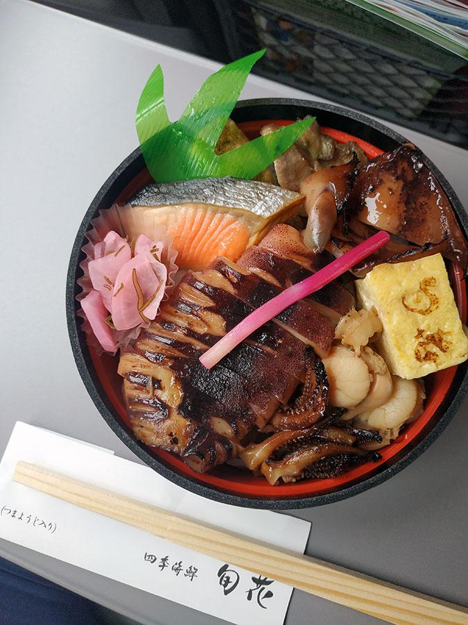 Une fois de plus, finissons sur une touche gourmande : le magnifique ekiben (boîte-repas, ou bentô, qu'on achète spécialement dans les gares) que j'ai dégusté dans le train au départ d'Hakodate. Comme tous les ekiben dignes de ce nom, il mettait à l'honneur les spécialités de la région, dont la fameuse seiche. Un pur délice, surtout quand défilent les montagnes d'Hokkaido !