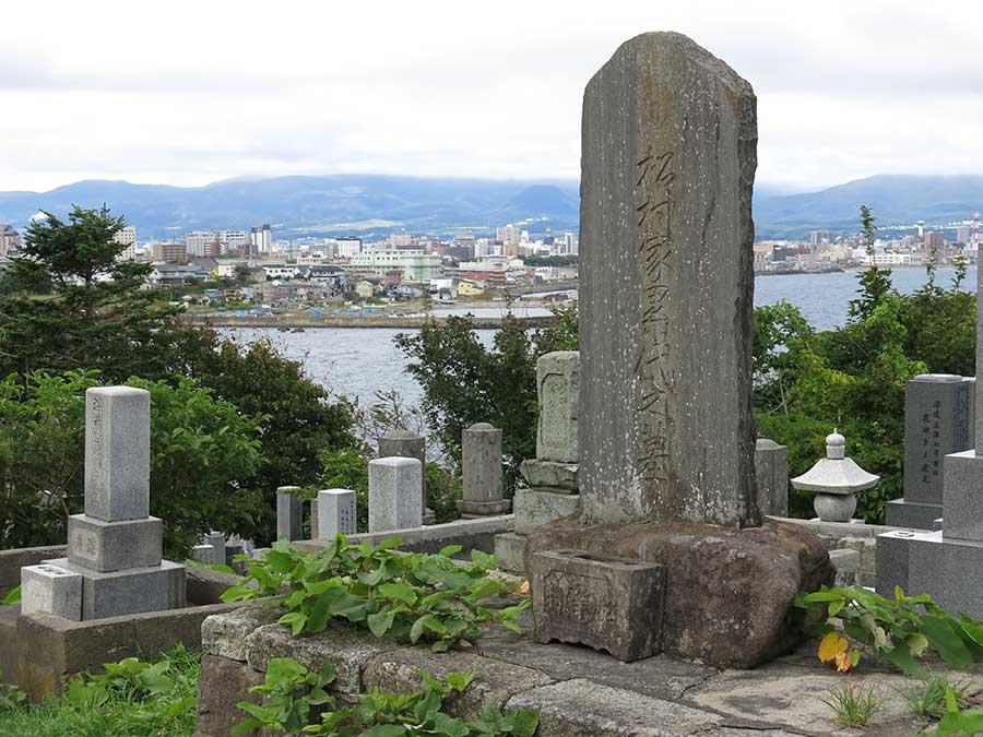 Dernière étape avant d'atteindre le cap : un magnifique cimetière perché sur la falaise, battu d'embruns et à moitié envahi pas les lianes. On y retrouve de nombreuses tombes de poètes du XIXe siècle, vestiges de l'époque dorée où Hakodate, en plus des colons, attirait tous les intellectuels du Japon en mal d'océan.