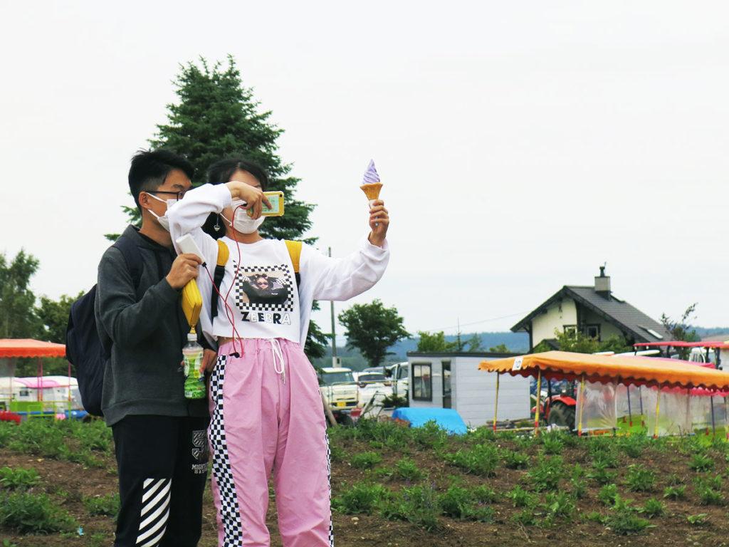 """Outre la possibilité d'admirer les champs de fleurs, la ferme """"Shikisai no Oka"""" proposait de nombreuses attractions pour distraire ses visiteurs : des petites chèvres, des promenades en tracteur, un mini-marché de légumes du coin et, bien sûr, l'inévitable glace à la lavande de Furano."""