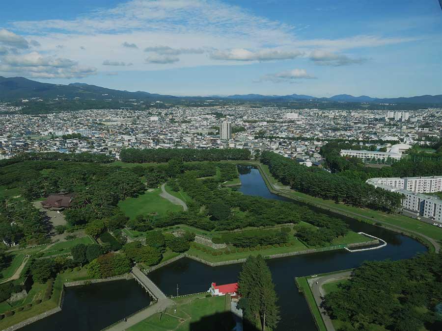 Le fameux fort Goryôkaku, qui constitue l'un des principaux symboles d'Hakodate, rappelle la position très stratégique de la ville. Il a été construit au XIXe siècle sur le modèle des forteresses de Vauban, ce qui témoigne aussi de l'influence énorme que l'Occident avait à l'époque sur le Japon. Une influence, vous le verrez, que j'ai retrouvée dans tout le reste de la ville... D'ailleurs, le peuplement tardif de toute l'île d'Hokkaido a pour conséquence qu'on y retrouve peu de bâtiments de style japonais et que, bien souvent, on pourrait se croire en pleines montagnes autrichiennes !