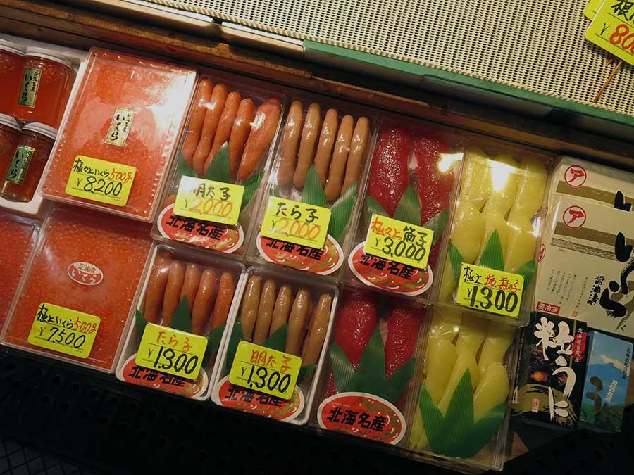J'ai pris ce stand en photo pour vous montrer à quel point les Japonais aiment les œufs de poisson, et la grande variété qui existe : saumon, truite, cabillaud, morue... Contrairement à ce que j'ai pu voir en Russie, ils ne sont généralement pas fumés, mais plutôt séchés. Très souvent, les œufs de cabillaud sont aussi parfumés au piment. Ce sont des produits assez chers, mais les prix que vous voyez là sont imbattables : 1300 yens, ça revient à environ 10 euros la barquette... Les acheteurs les mangeront en sushi ou, très souvent, en feront une sauce crémeuse et salée pour accompagner les spaghetti ! Un de mes plats préférés du monde entier, d'ailleurs ;)