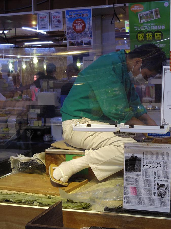 Perché à hauteur de ma taille (pas bien haut, vous me direz), ce monsieur concentré s'appliquait à aiguiser un gros tranchoir fixe... Pour couper la tête des plus gros poissons ? L'histoire ne le dit pas !