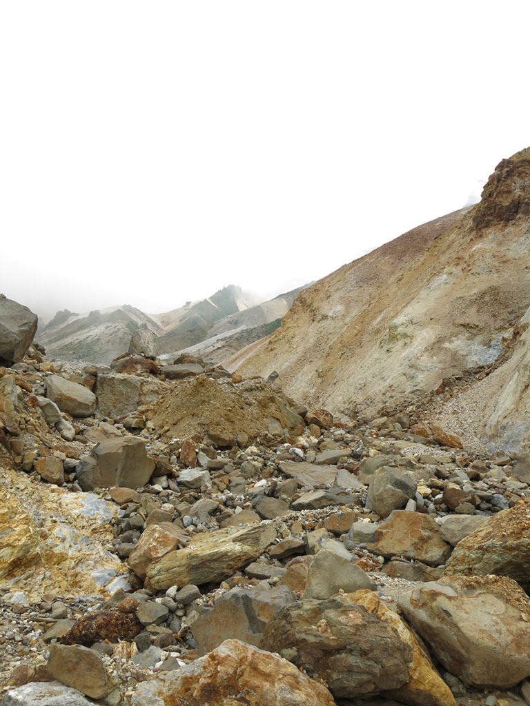 Le balisage de la randonnée vers le volcan s'est vite révélé assez approximatif. Je me suis guidée grâce aux quelques marques jaunes que j'arrivais à trouver, à une ou deux traces de pas et surtout aux indications de mon ami le réceptionniste. Ainsi, au bout d'une petite demi-heure, j'ai quitté le sentier principal pour suivre le cours asséché d'un énorme torrent. Par moments, la brume était si épaisse que je ne voyais plus que ce grand lit, sans pouvoir distinguer les sommets qui m'entouraient.