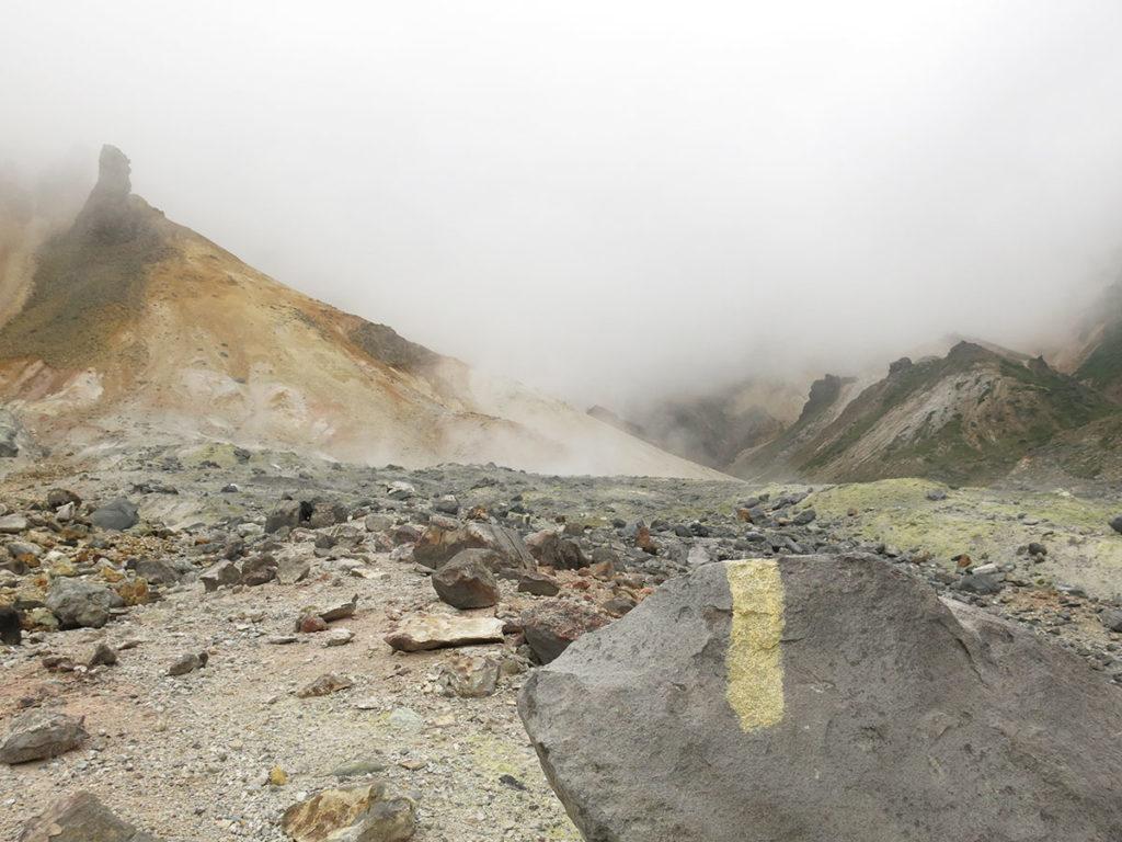 Ce n'est qu'en redescendant que, à deux-cents mètres à peine du cratère, j'ai enfin retrouvé la trace du sentier, que j'avais perdu en montant. J'étais donc bien toujours sur la planète des Hommes ;)