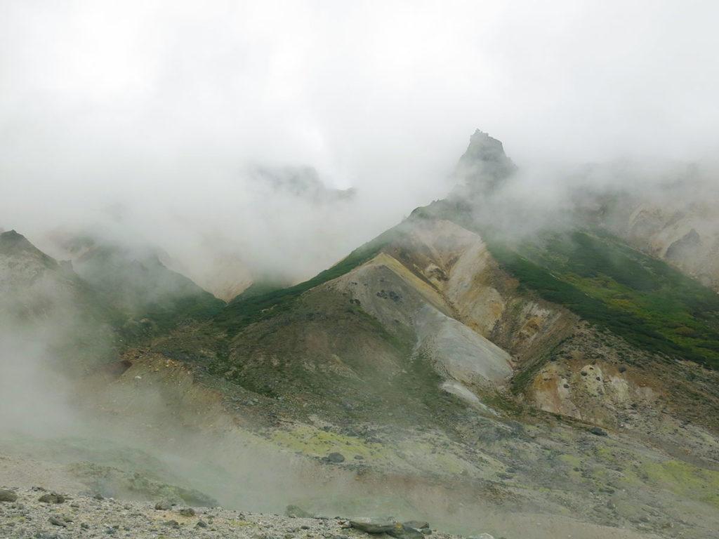Les traces ocres à flanc de montagne laissaient déjà deviner la présence de fer dans l'eau de la source chaude. Quant au soufre, pas besoin de faire un dessin : l'odeur d'œuf dur qui flottait autour du volcan était parfaitement éloquente !